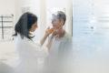 Ärztin tastet Lymphknoten ab